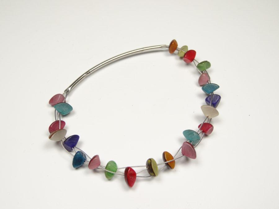 Armband aus gefärbten Kernen vom Buribaum